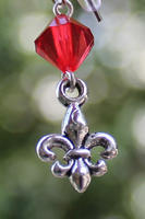 Skautské náušnice malá lilie korálek červený