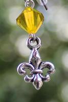 Skautské náušnice malá lilie korálek žlutý