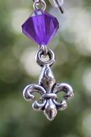 Skautské náušnice malá lilie korálek fialový