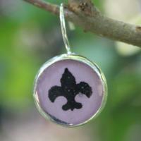Skautské náušnice pryskyřice kulaté malé fialové