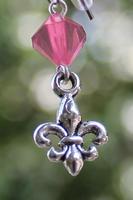 Skautské náušnice malá lilie korálek růžový