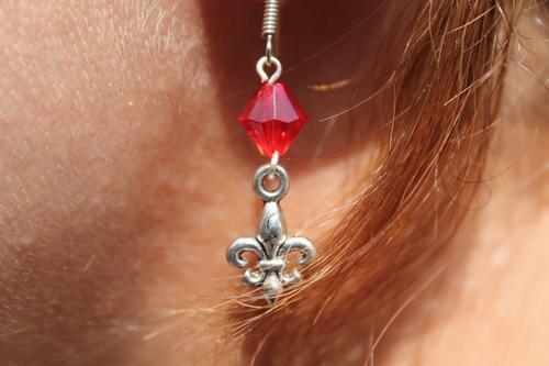 Skautské náušnice malá lilie korálek červený - 2