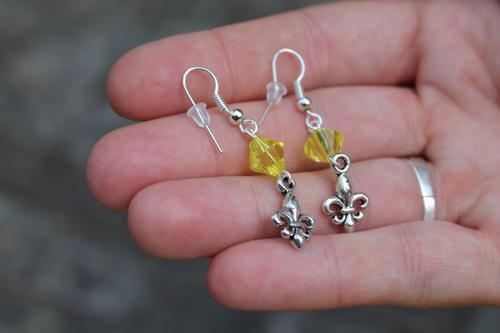Skautské náušnice malá lilie korálek žlutý - 2