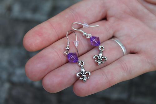 Skautské náušnice malá lilie korálek fialový - 2