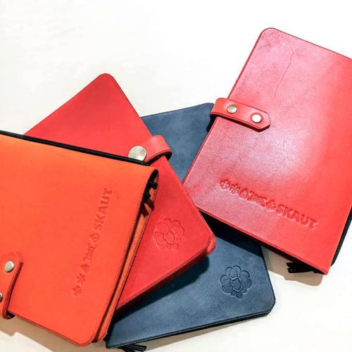 Zápisník v kožených deskách červený - 2