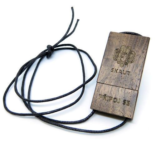 Dřevěný skautský USB flash disk 8 GB tmavý, 8 GB - 4